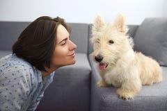 Ung kvinna med en hemmastadd hund Arkivbilder