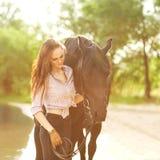 Ung kvinna med en häst Royaltyfri Foto