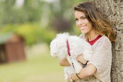 Ung kvinna med en hund Arkivbilder