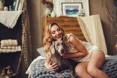 Ung kvinna med en hund royaltyfri bild
