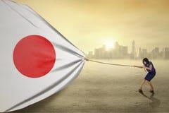 Ung kvinna med en Japan flagga Arkivfoto