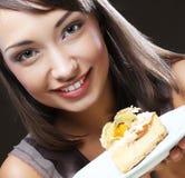 Ung kvinna med en kaka royaltyfria foton