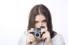 Ung kvinna med en kamera Royaltyfri Bild