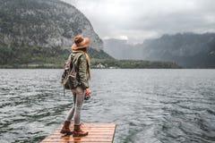Ung kvinna med en kamera vid sjön arkivfoto