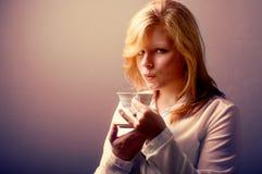 Ung kvinna med en kopp av kaffe som retuscherar tappning Royaltyfria Bilder