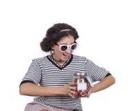Ung kvinna med en krus av godisar Fotografering för Bildbyråer