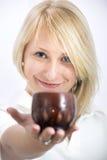 Ung kvinna med en lerakopp royaltyfri fotografi