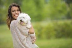 Ung kvinna med en maltese hund Royaltyfria Foton