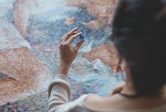 Ung kvinna med en mosaik i studio royaltyfria bilder