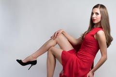 Ung kvinna med en röd klänning Arkivbild