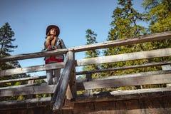Ung kvinna med en retro kamera utomhus royaltyfria bilder