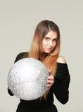 Ung kvinna med en silverboll Arkivbilder