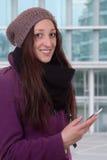 Ung kvinna med en smart telefon i stad fotografering för bildbyråer