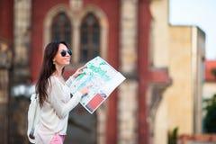Ung kvinna med en stadsöversikt i stad Resa den turist- flickan med översikten i Prague utomhus under ferier i Europa Royaltyfri Foto