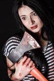 Ung kvinna med en stor blodig yxa Royaltyfria Bilder