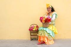 Ung kvinna med en traditionell klänning i gammal havannacigarr Arkivbilder