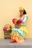 Ung kvinna med en traditionell klänning i gammal havannacigarr Royaltyfri Foto