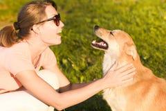 Ung kvinna med en utomhus- stående för hund Royaltyfria Foton