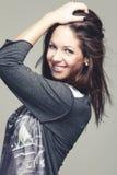 Ung kvinna med ett charmigt lyckligt leende arkivfoton