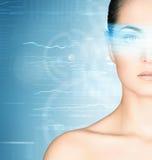 Ung kvinna med ett digitalt hologram på hennes öga royaltyfria bilder