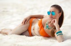 Ung kvinna med ett härligt diagram på en tropisk strand Royaltyfri Foto
