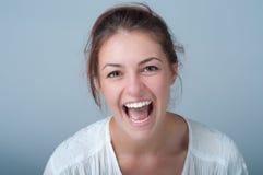Ung kvinna med ett härligt leende Royaltyfri Fotografi