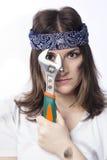 Ung kvinna med ett hjälpmedel Royaltyfria Bilder