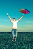 Ung kvinna med ett paraply arkivbild