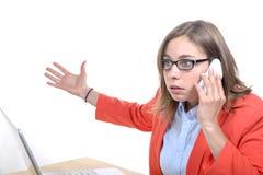 Ung kvinna med ett problem på telefonen royaltyfria foton