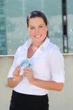 Ung kvinna med eurosedlar i gatan Royaltyfria Foton