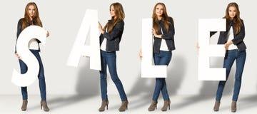 Ung kvinna med försäljningsbokstäver Arkivfoto