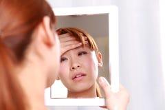 Ung kvinna med feber Arkivfoton