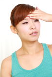 Ung kvinna med feber Royaltyfria Bilder