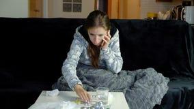 Ung kvinna med feber som kallar hennes doktor stock video