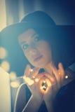 Ung kvinna med felika ljus Arkivfoto