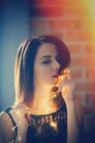 Ung kvinna med felika ljus Arkivfoton
