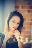 Ung kvinna med felika ljus Arkivbild
