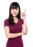 Ung kvinna med fingerpunkt upp Royaltyfria Foton