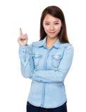 Ung kvinna med fingershow ut Arkivfoto