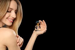Ung kvinna med flaskan av doft, closeup arkivbilder