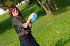 Ung kvinna med frisbeen Fotografering för Bildbyråer
