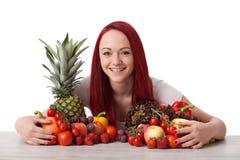 Ung kvinna med frukter grönsaker Arkivfoton