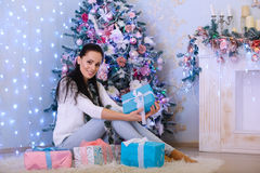 Ung kvinna med gåvan Jul arkivfoto