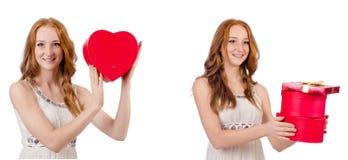 Ung kvinna med giftbox som isoleras p? vit royaltyfri foto