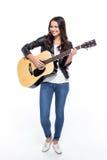 Ung kvinna med gitarren royaltyfri bild