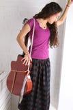 Ung kvinna med gitarren i lång kjol vägg för rastre för bakgrundstegelstenbild Royaltyfri Foto