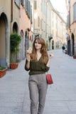 Ung kvinna med glass i staden Royaltyfri Bild