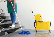 Ung kvinna med golvmopplokalvård royaltyfri bild