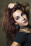 Ung kvinna med gotisk och heavy metalstil som poserar på smutsig wa Royaltyfri Fotografi
