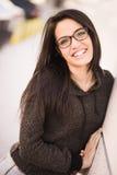 Ung kvinna med gröna ögon och glasögon i stads- bakgrund Royaltyfri Fotografi